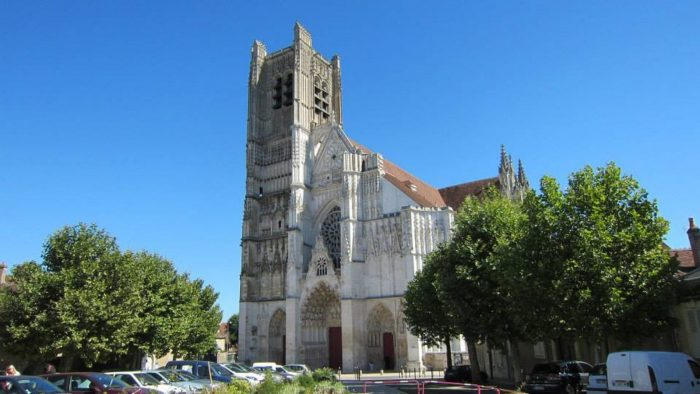 Auxerre-E-trott-cathedrale-france-a-velo